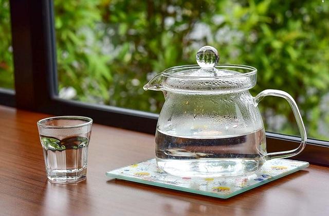 Nước ấm có nhiệt độ lý tưởng với cơ thể nên sẽ đem lại cảm giác dễ chịu cho bạn khi uống